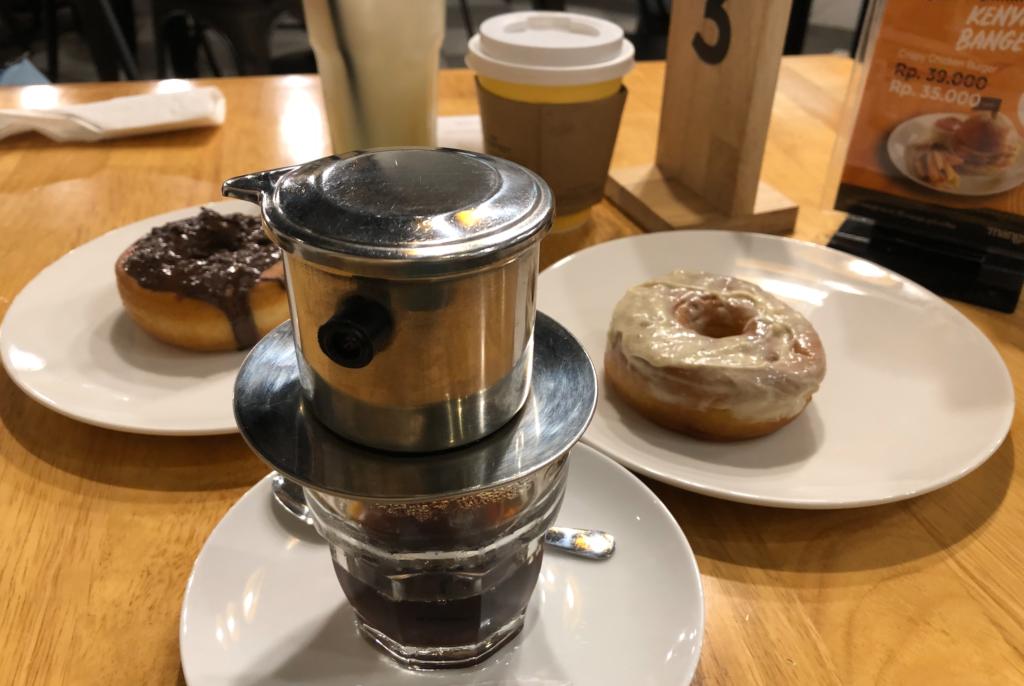 バリ島カフェのバリコーヒーとドーナツ