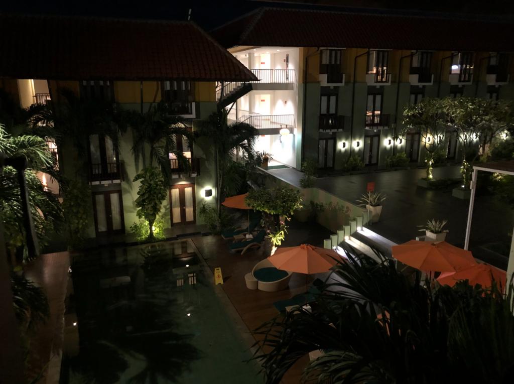 ハリスホテルのプールと中庭